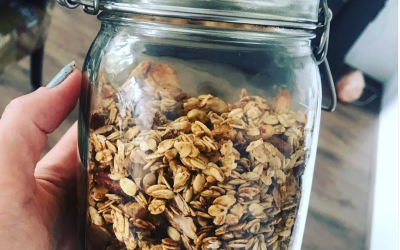 Zelfgemaakte granola met medjoul dadels